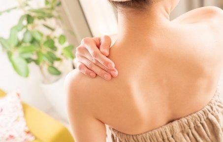 背中ニキビ跡の治し方は?化粧水で自宅エステ体験